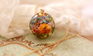 sphère contenant des fleurs séchées et de la résine