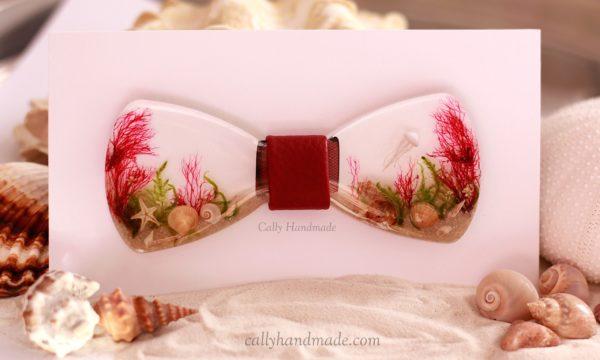 nœud papillon Poséidon en résine biosourcée et éléments marins sable coquillages étoile de mer mousse algues