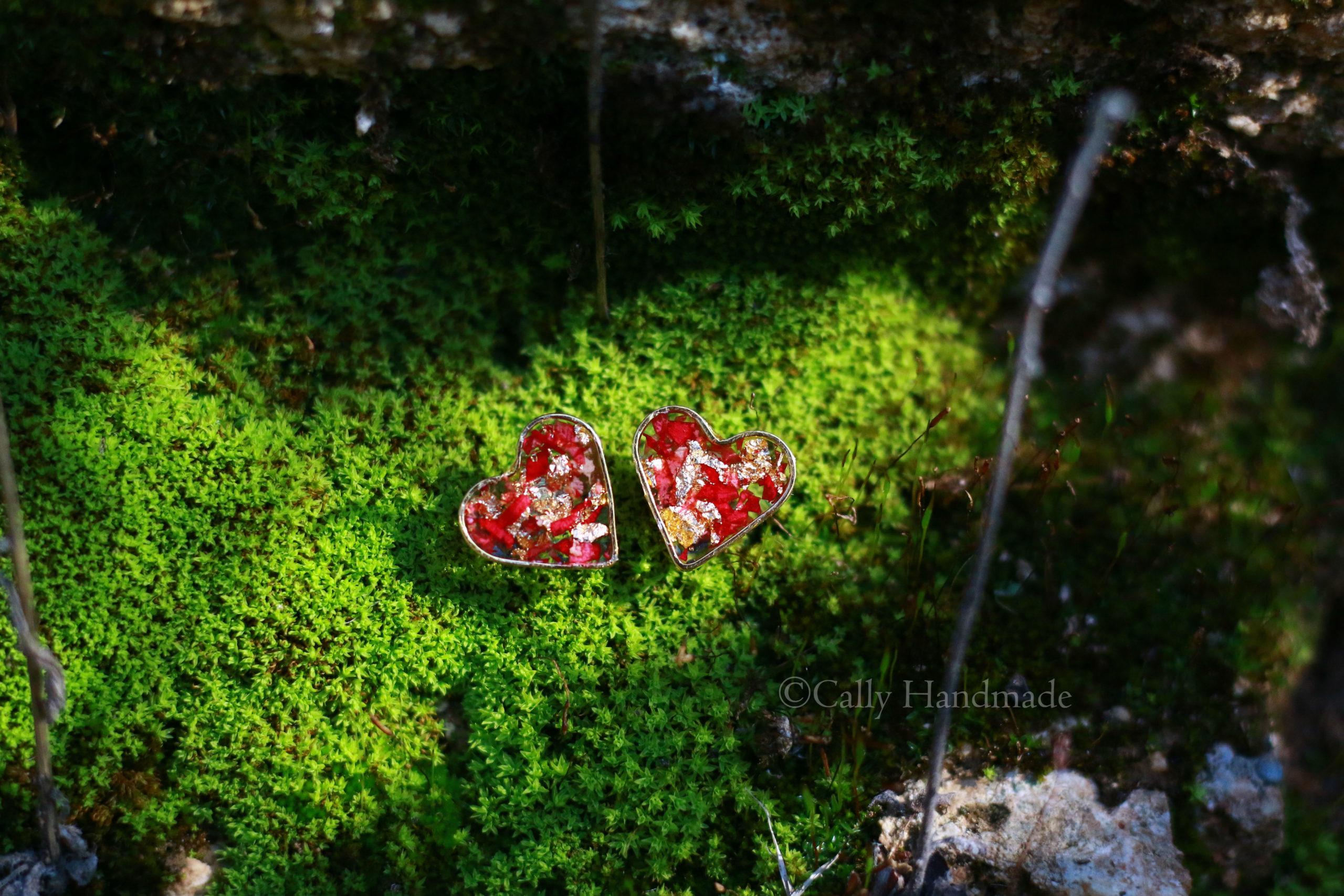 boucles d'oreilles en forme de coeur , pétales de roses et paillettes d'or